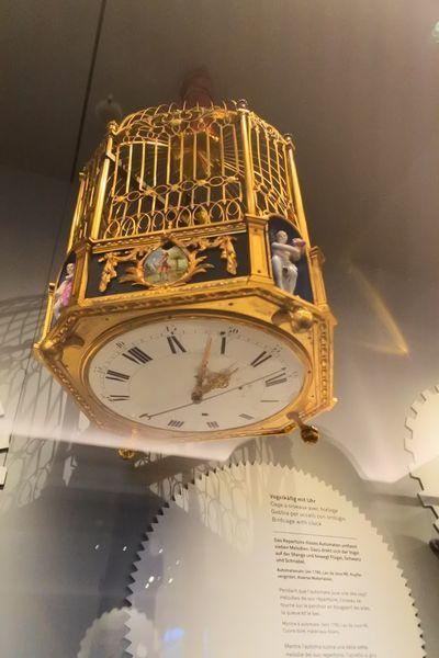 鳥かごの底に時計がある変わり時計