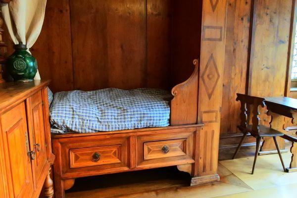 昔スイスで使われていた木製のシングルベッド