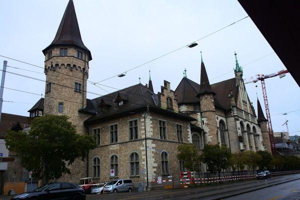 チューリッヒ中央駅からみたスイス国立博物館