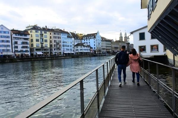 リマト川沿いを歩くカップル