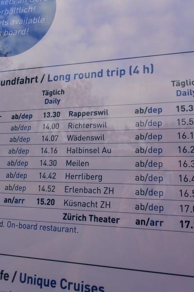 チューリッヒ遊覧船のコースの種類や時刻表などが記載された案内板