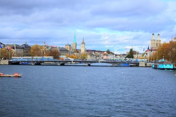 遊覧船からのチューリッヒ市内の景色