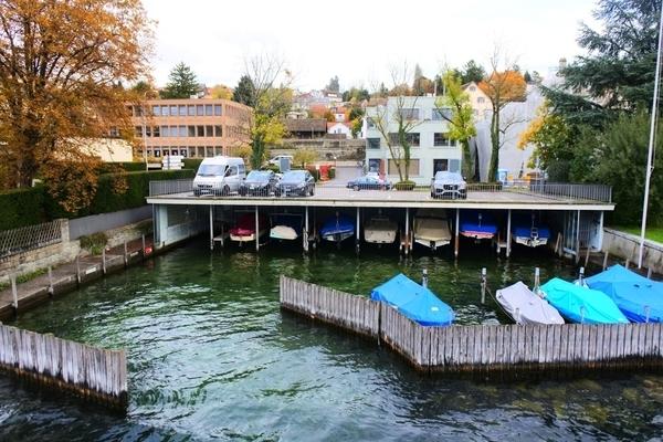 チューリッヒ湖沿いにある駐船場