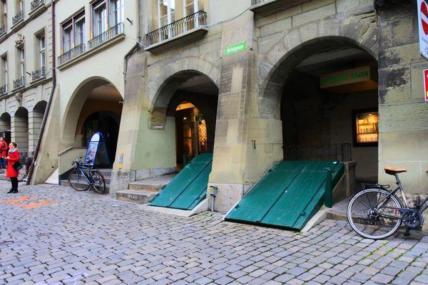 ベルン旧市街にある地下につながるドア