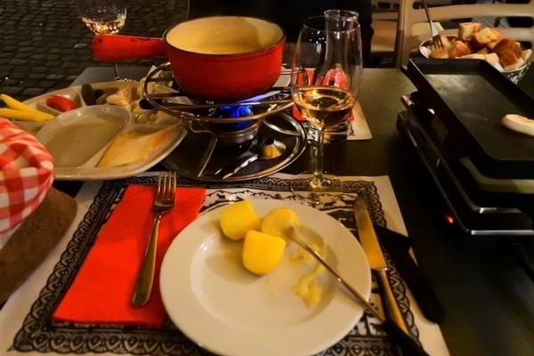 右がラクレット真ん中がチーズフォンデュ