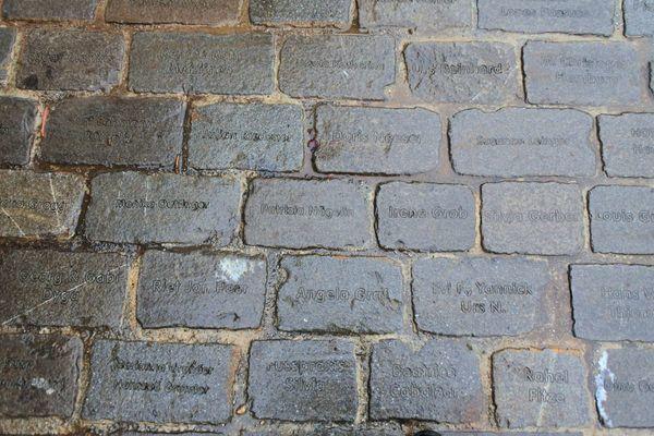べーレングラーベンの地面には名前がぎっしり