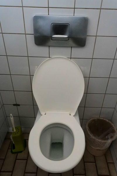 聖フロリン大聖堂の近くにある無料公共トイレ