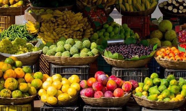 市場に置かれている果物
