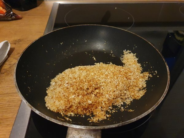 良い焼き色がついたパン粉