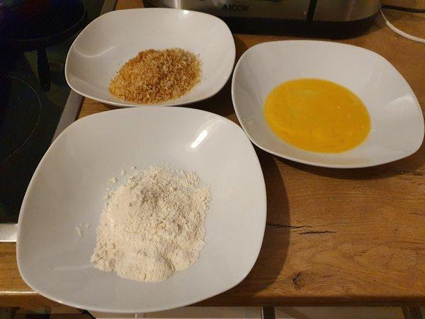 チキンカツ用のパン粉と卵と小麦粉
