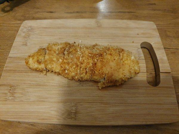 チキンカツを食べやすい大きさに切る