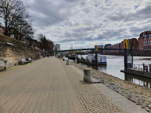 新型コロナウイルスにより人が激減したブレーメンのヴェーザー川沿いにあるシュラハテ