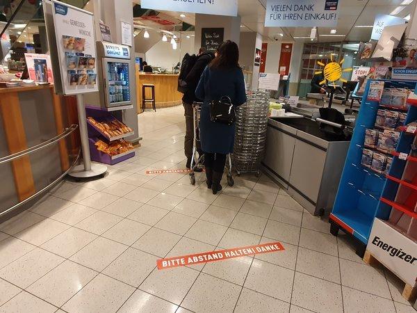 一定の距離を保つようにテープが張られたドイツのスーパー