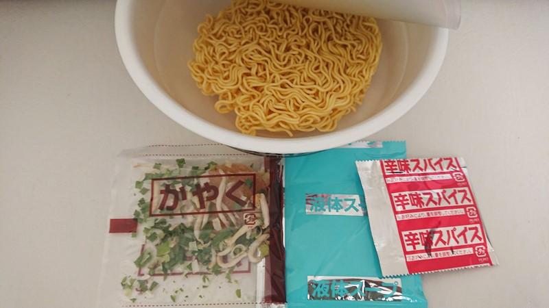 【おススメ★4】香味徳鳥取ゴールドレッドスパイシーのカップ麺を食べた感想中身