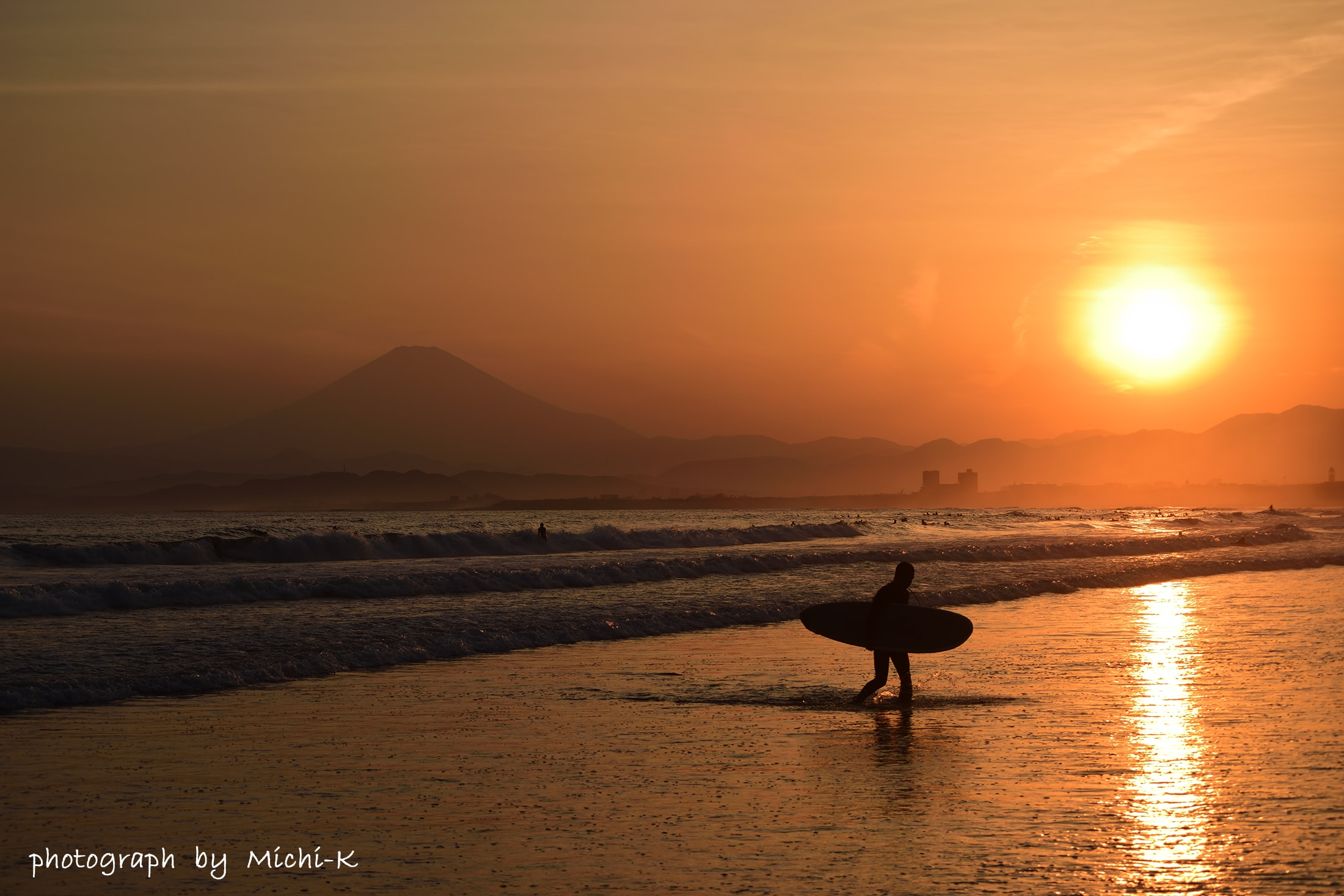 江ノ島・西浜海水浴場-4、暗くなり引き揚げるサーファー