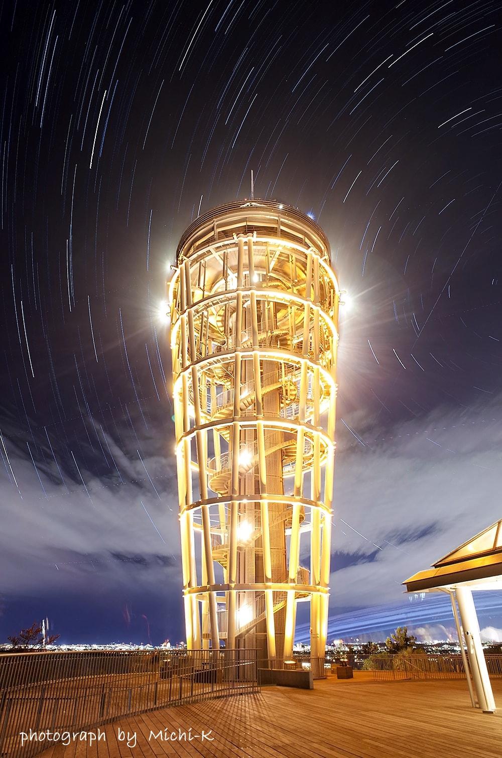 シーキャンドル(展望灯台)と星の光跡