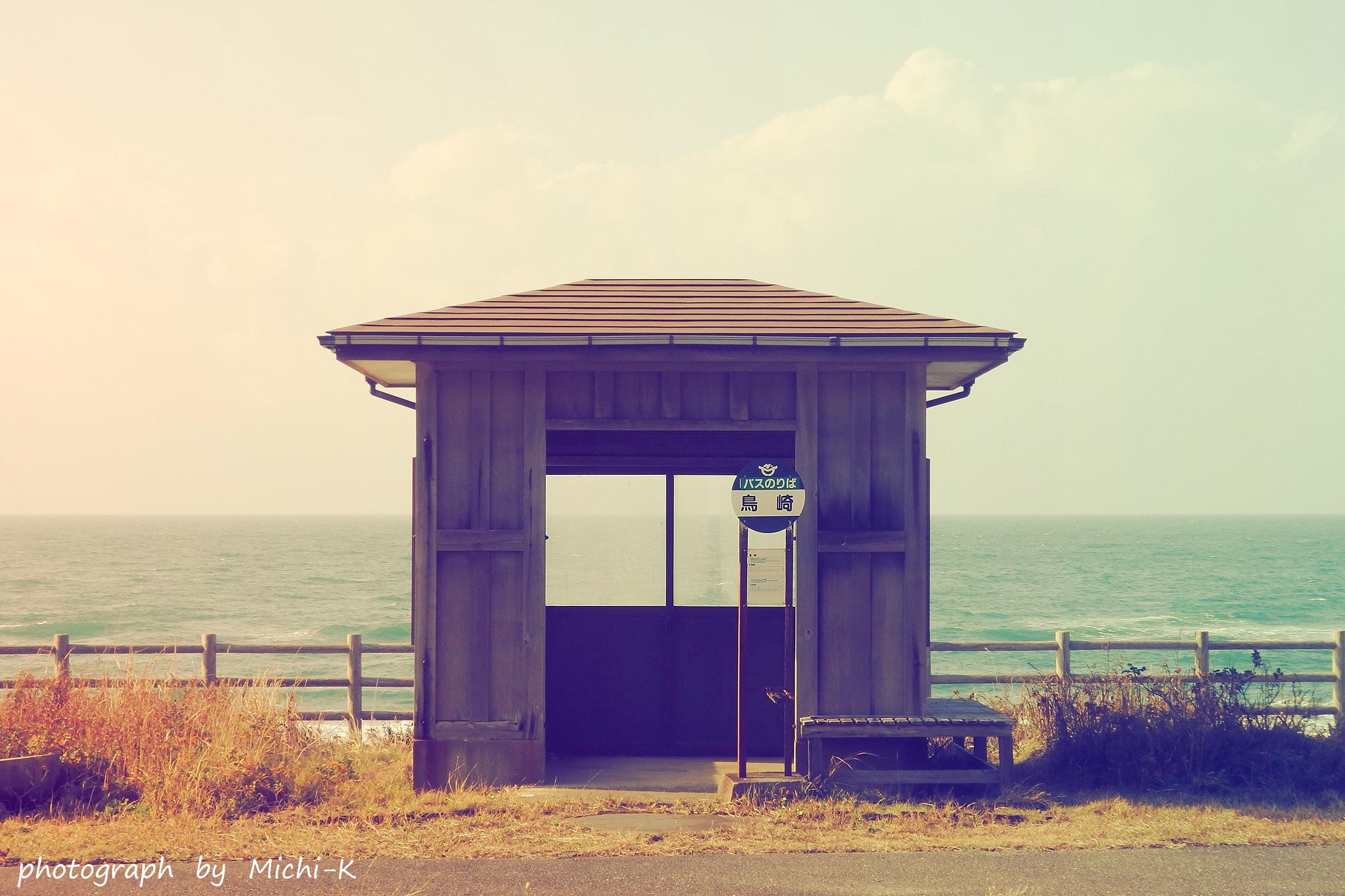 海沿いのバス停-1