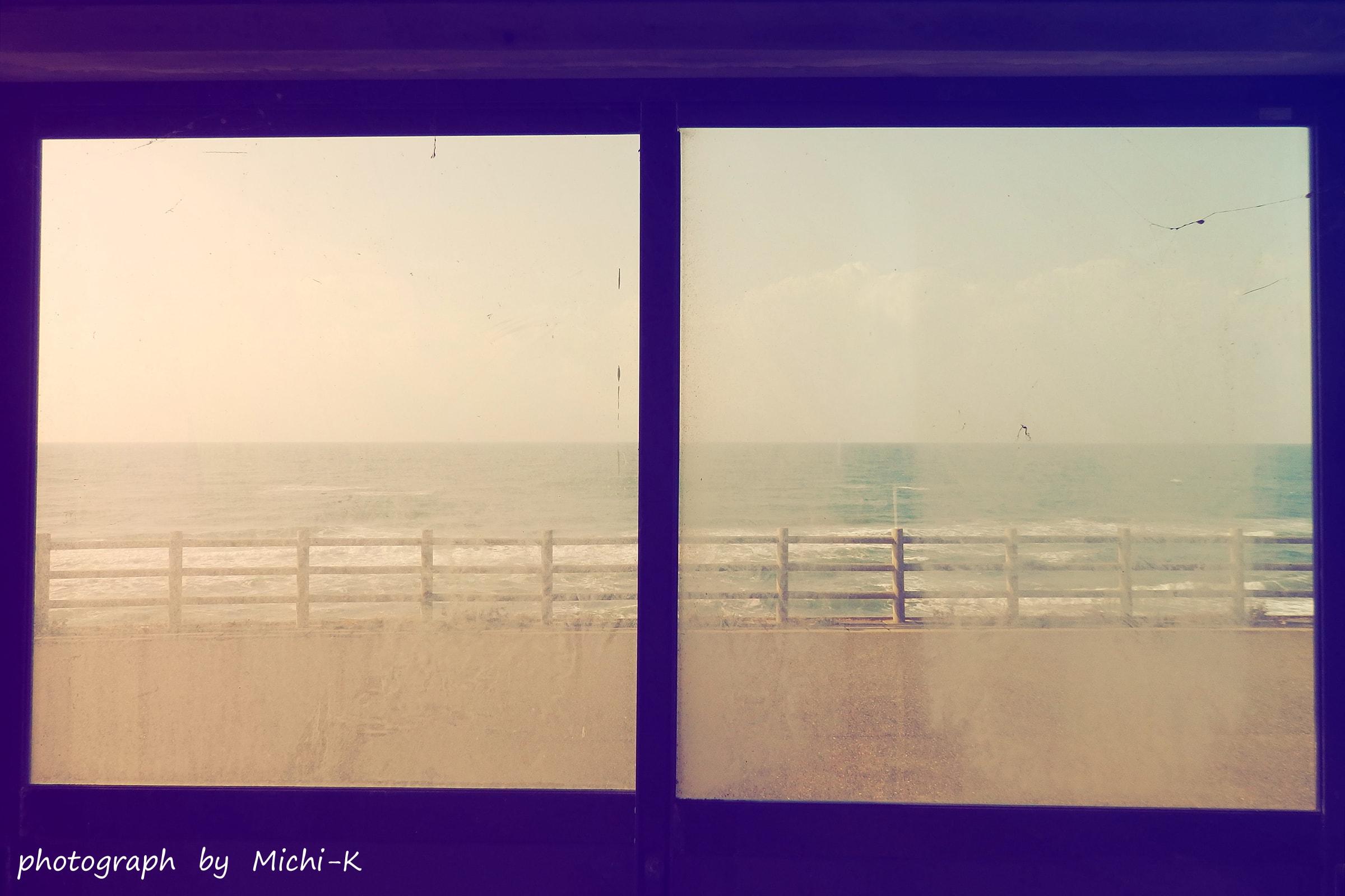 海沿いのバス停-3