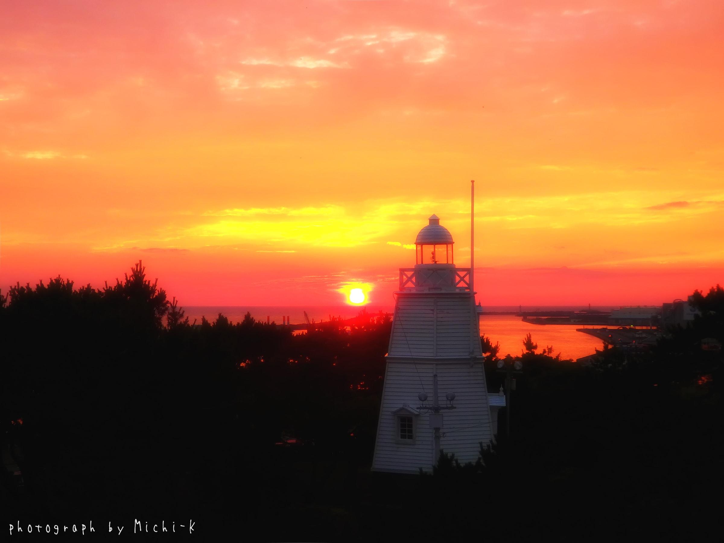 酒田市、日和山公園展望台から見えた六角灯台と夕焼け1