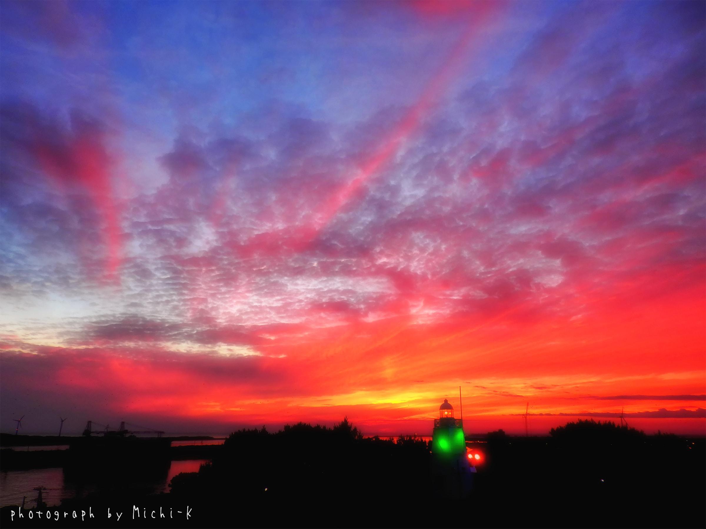 酒田市、日和山公園展望台から見えた六角灯台と夕焼け2