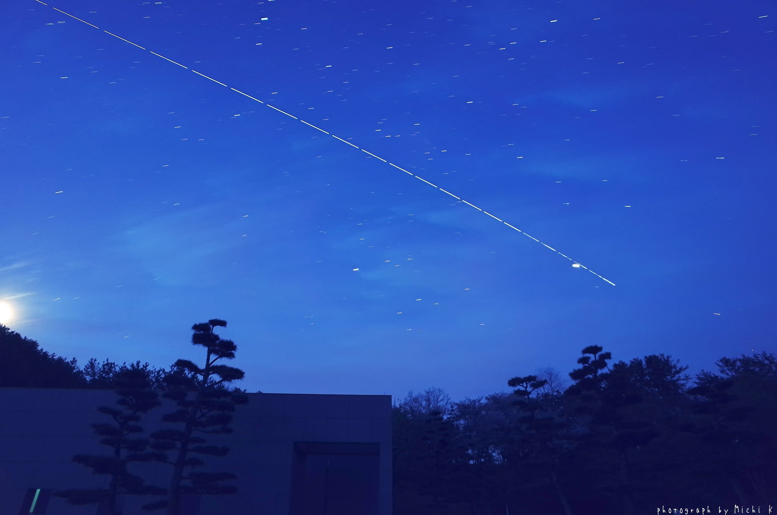 ISS(きぼう)の軌跡の写真、2019年4月29日撮影。