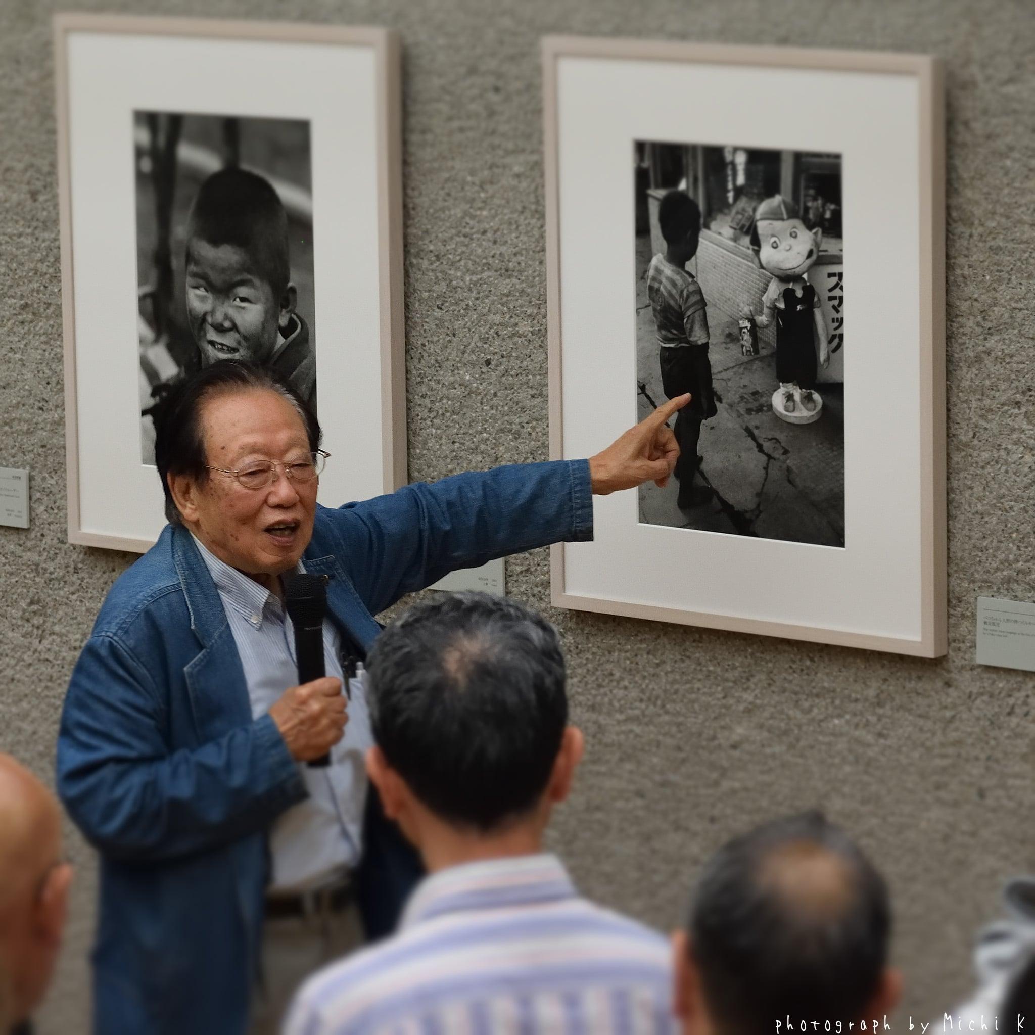 自らの写真を説明する田沼武能先生