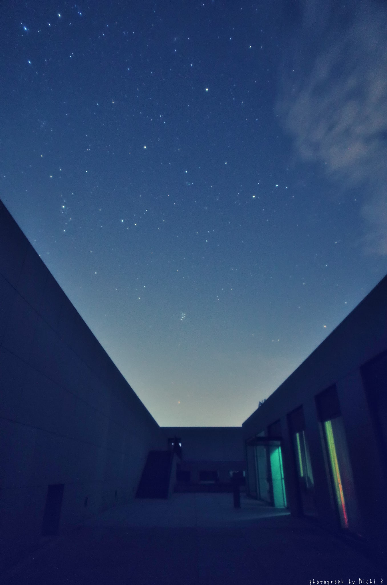2019年9月4日夜に撮影した星空と土門拳記念館建物入口の写真