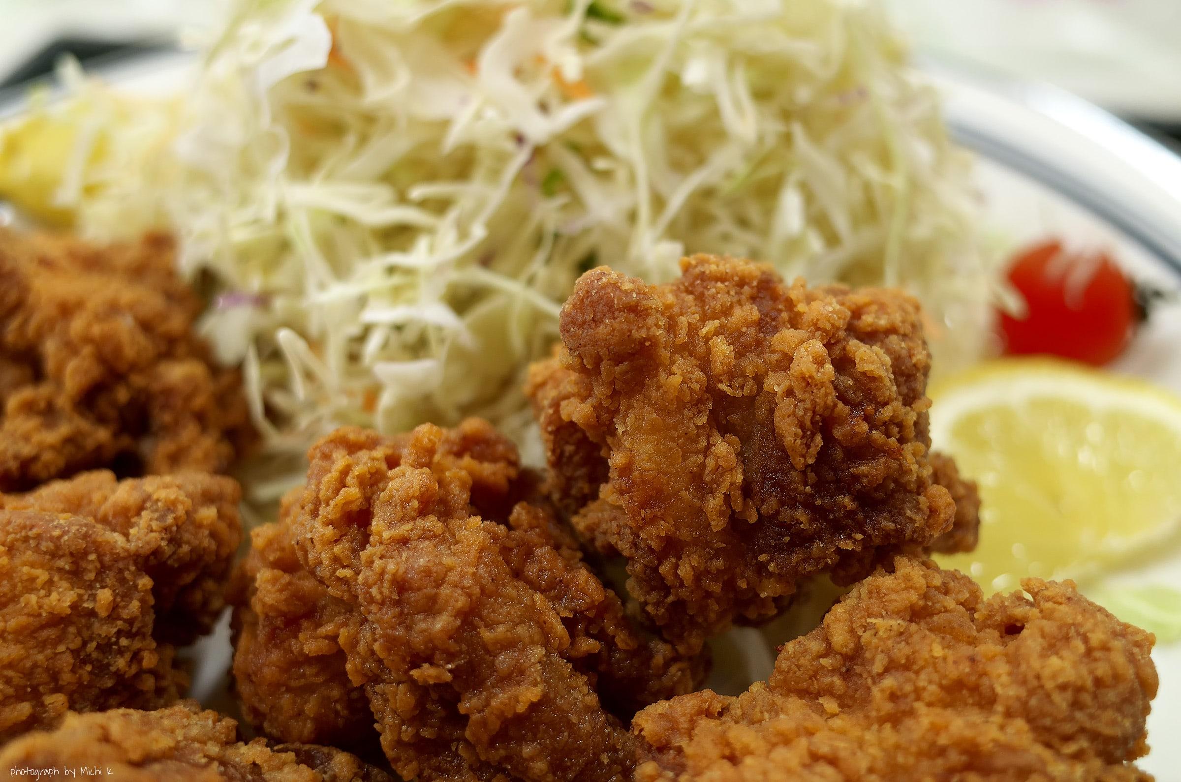 山形県遊佐町にある道の駅「鳥海 ふらっと」で食べた鳥のからあげ定食、写真その2。