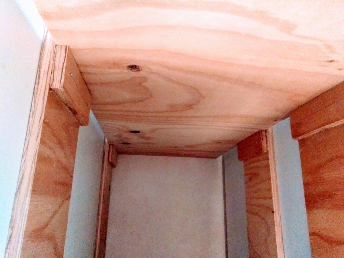 隙間収納の柱と棚板