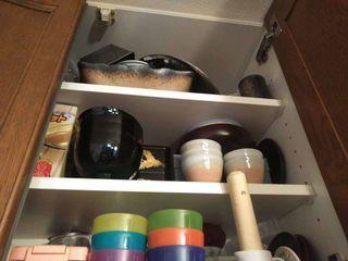 キッチンの棚の中の食器