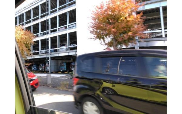 立体駐車場と通行する車