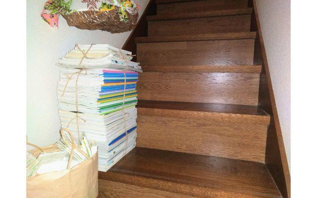 階段に置かれた不用品