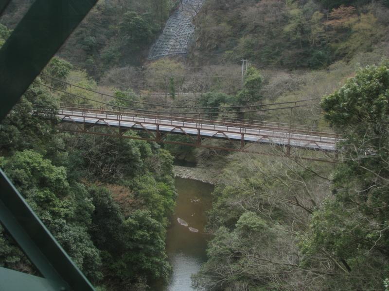 出山鉄橋を渡る