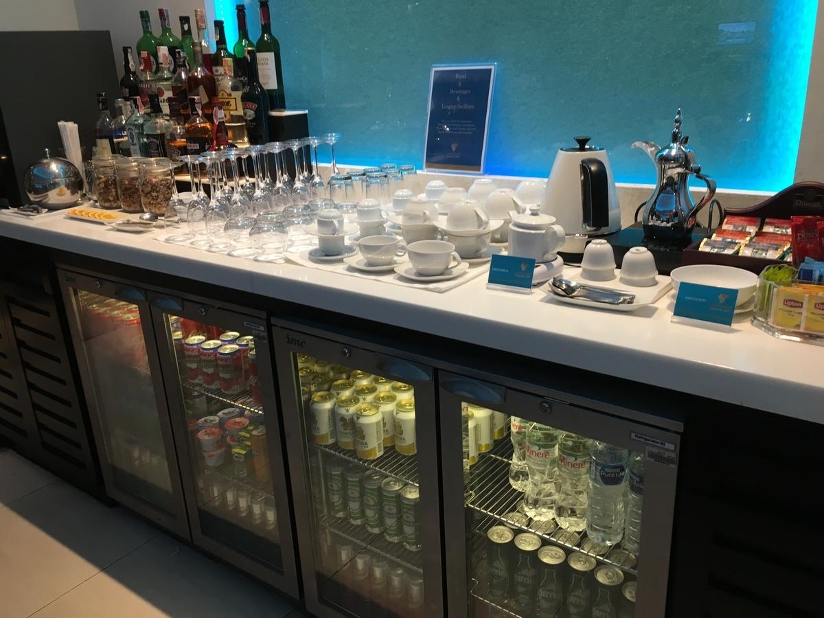 オマーン航空のラウンジはお酒も楽しめます