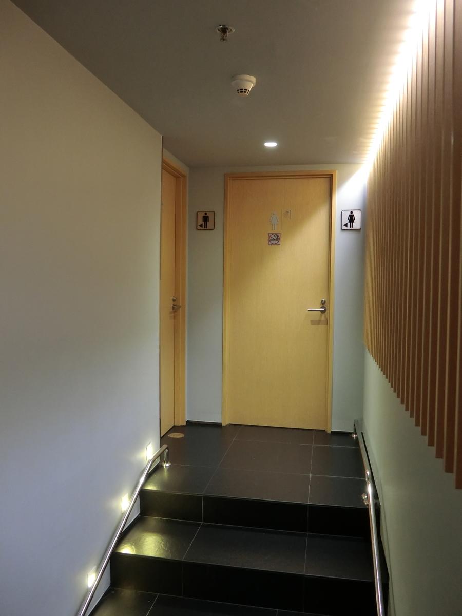 トイレとシャワー室の扉