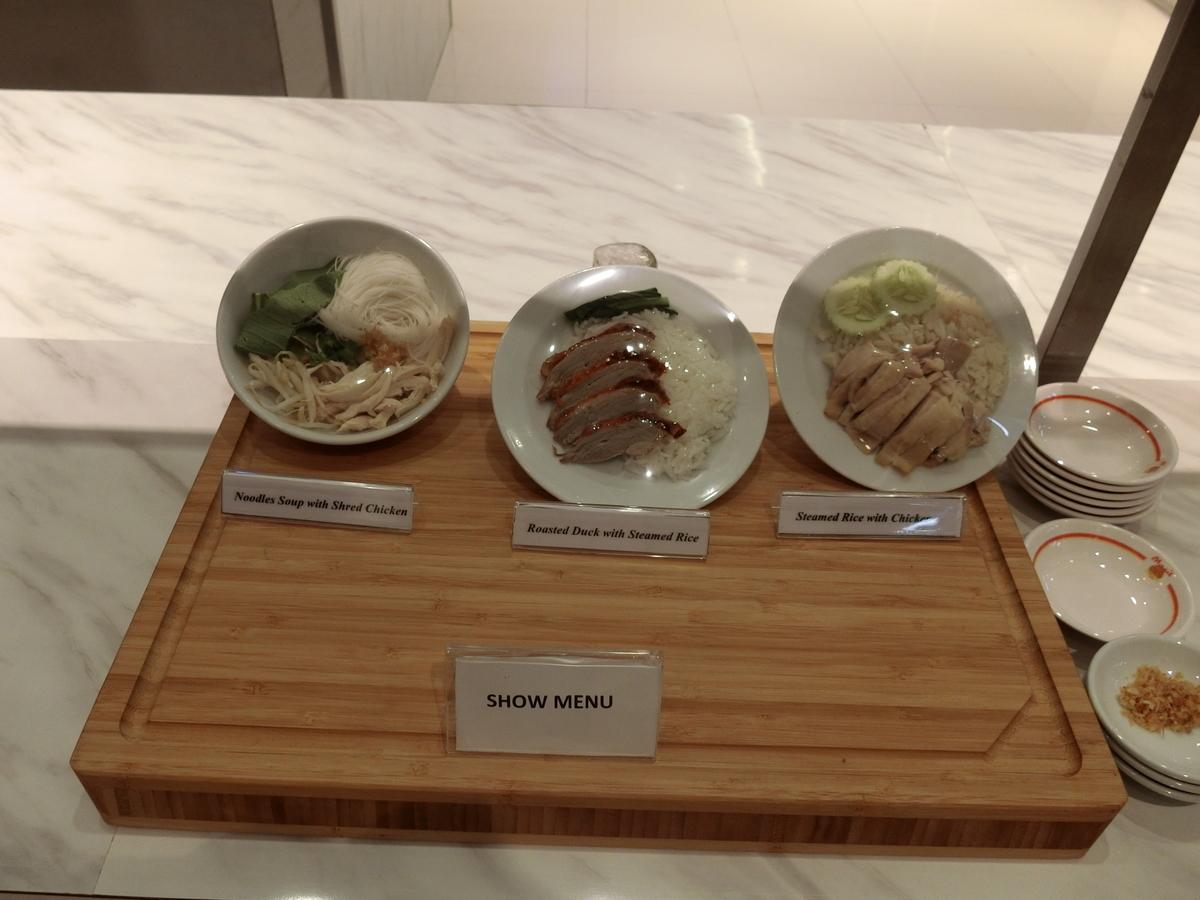 ミラクルファーストクラスラウンジは温かい麺とご飯が提供されるのはうれしい