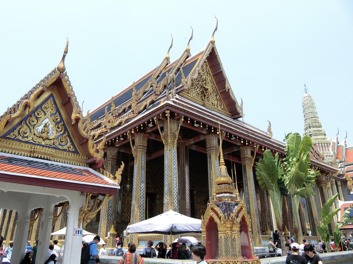 観光客で賑わうエメラルド寺院本堂