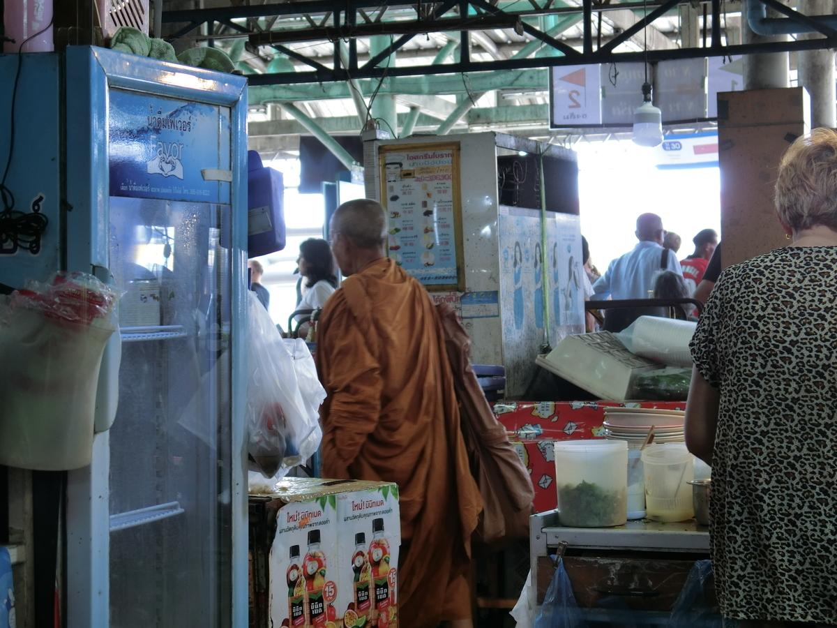 僧侶には無料で食事や飲み物が提供される