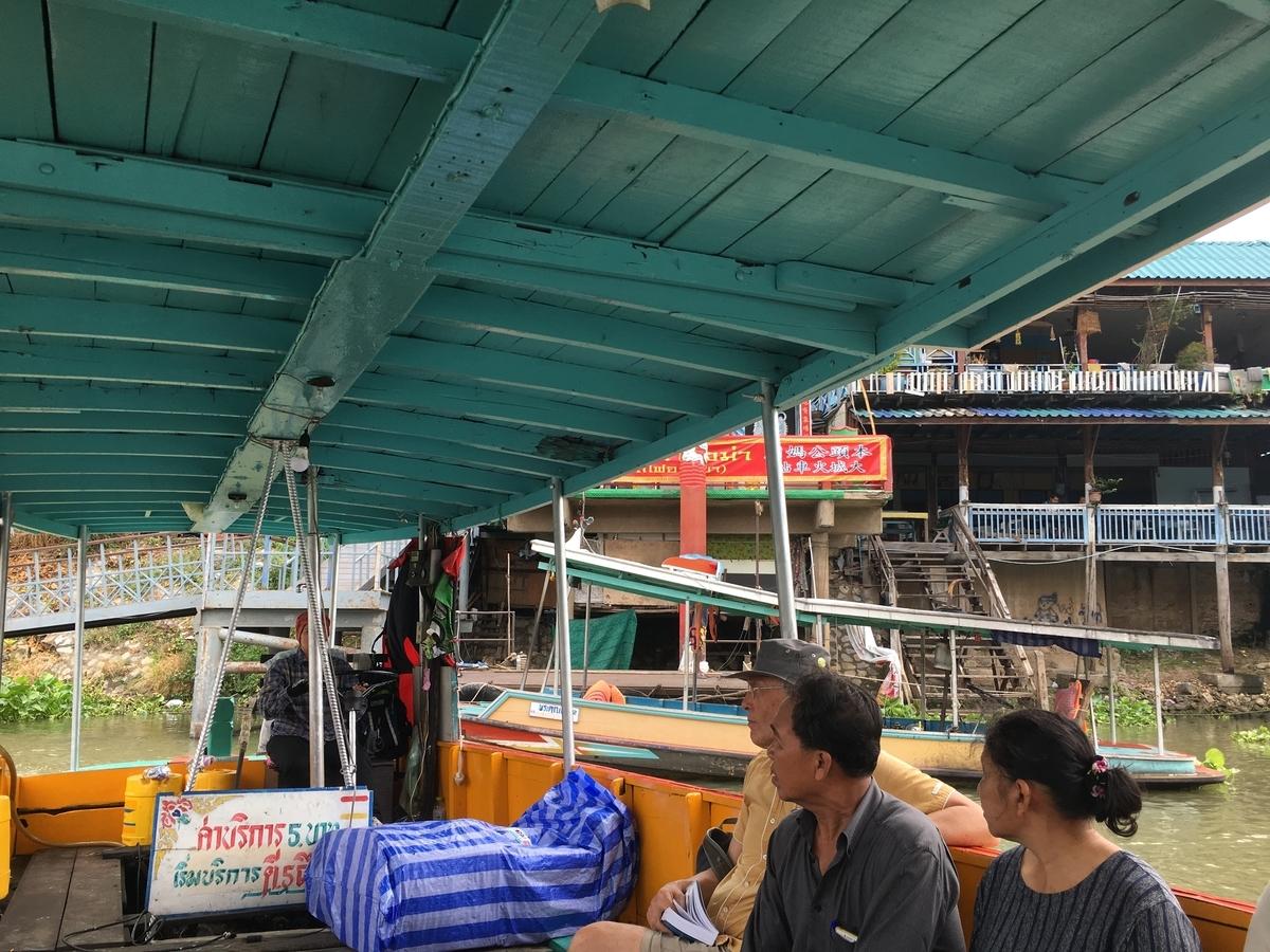 地元の人も観光客も乗っていた渡し船