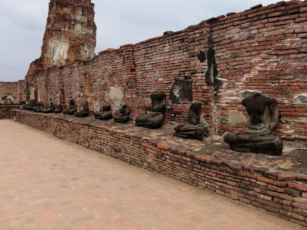 首だけ切り落とされた仏像が立ち並ぶ