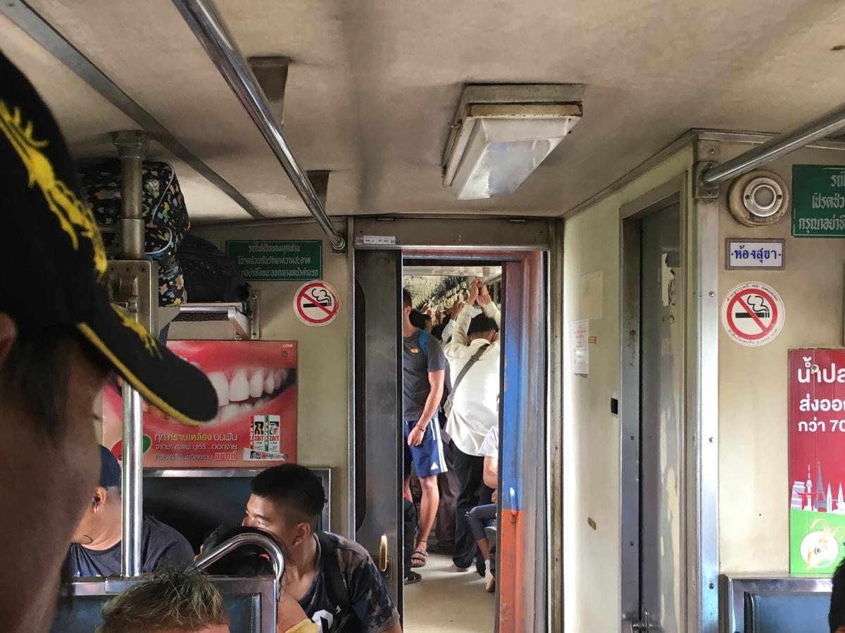 バンコク行きの混雑する列車