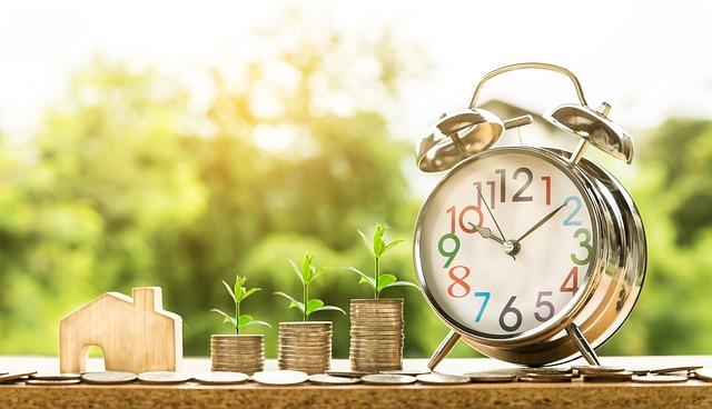 画像配置 時間の概念である時計とマイホームに必要なお金のデザインされている写真です