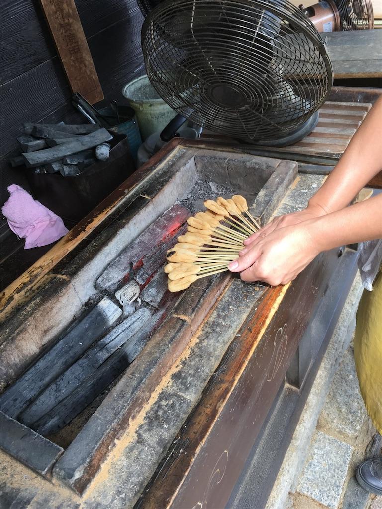 画像の配置です あぶり餅を炭火で炙っている写真です