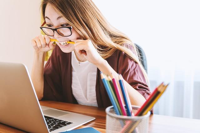 画像配置 女性がパソコンを操作する画像 350✖️270