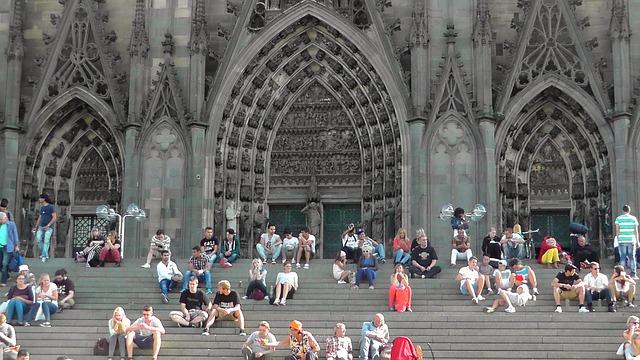 画像の配置 ドイツ ケルンの大聖堂 近くからの画像です