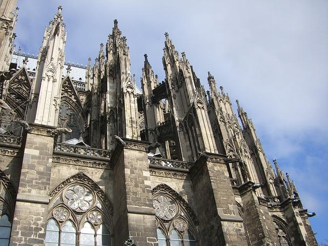 画像の配置 ドイツ ケルンの大聖堂 外観の写真です