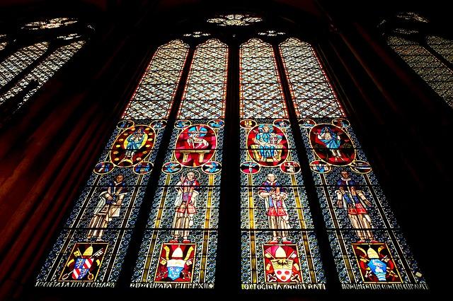 画像の配置 ケルン大聖堂内部のステンドグラスの写真です