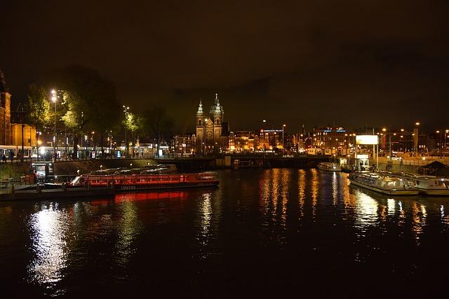 画像の配置 アムステルダムと運河の夜景の写真です