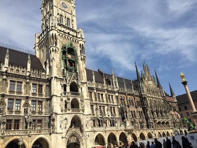 画像の配置 ミュンヘンの街並みと市役所の写真です