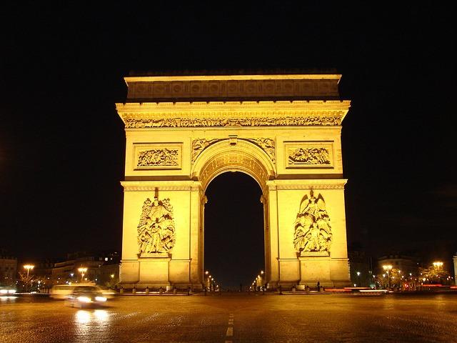 画像の配置 フランスのパリ 夜の凱旋門の写真です